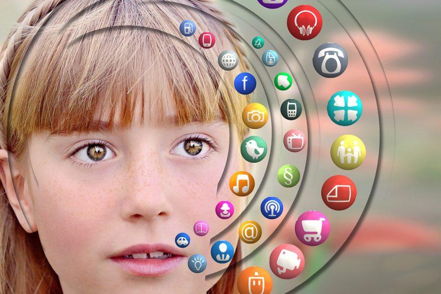 MINI-ANKETA: Kada deci dozvoliti da koriste telefon, devojčica, riđokosa,