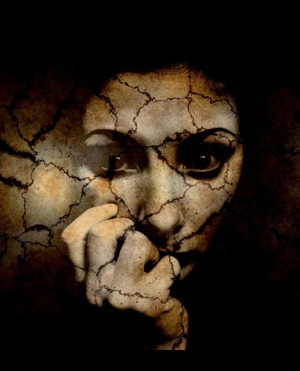 Anksioznost - strah koji ostavlja bez daha, mračna slika, devojka veoma nesrečna i tužna, slika umetnička kao izlomljena u senci