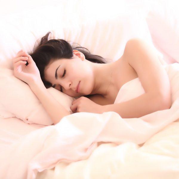 POLOŽAJI ZA SPAVANJE - koje izbegavati, devojka spava. roza posteljina
