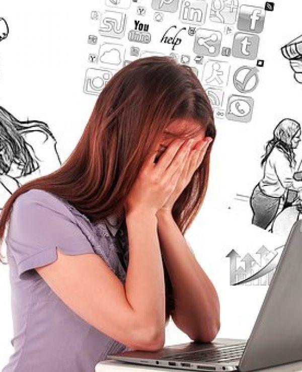 Zbogom multitaskingu - monotasking je spas, zauzeta devojka duge kose